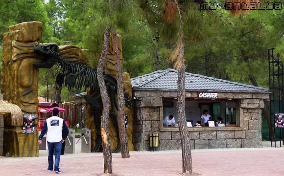 Площадь перед входом в Парк Динозавров в пос. Гейнюк.