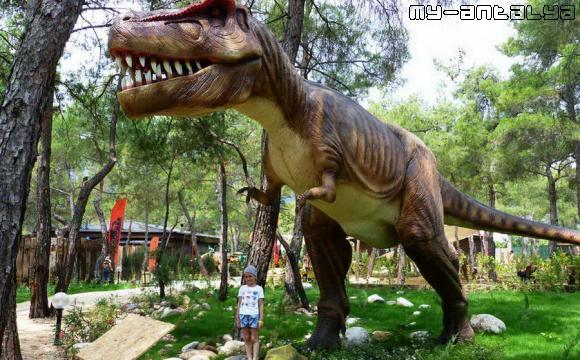 Ребенок и динозавр в Динопарке, Турция.