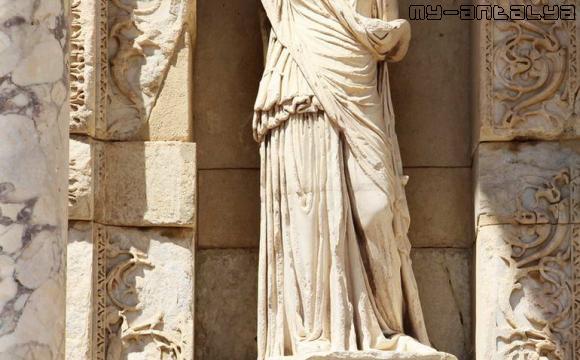 В нишах установлены скульптуры.