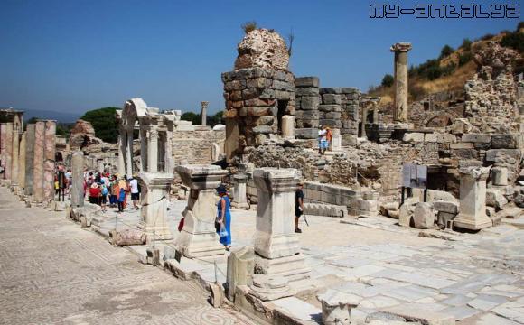Храм Адриана на улице Куретов в Эфесе.
