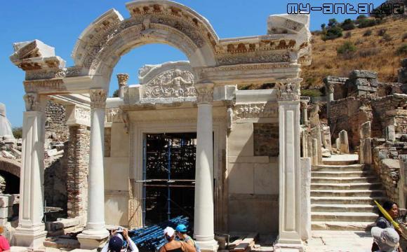 Эфес, храм Адриана.
