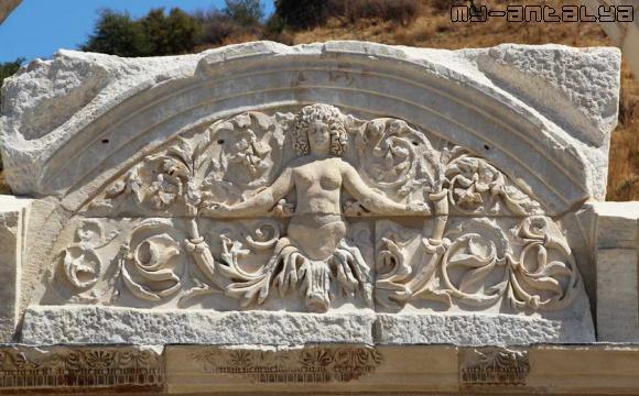 Храм Адриана, Эфес, Турция.