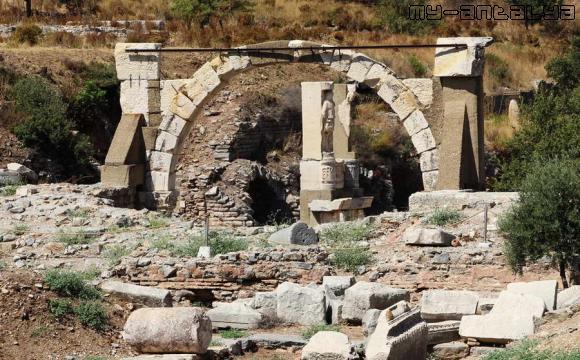 Храм императора Домициана в Эфесе, Турция.