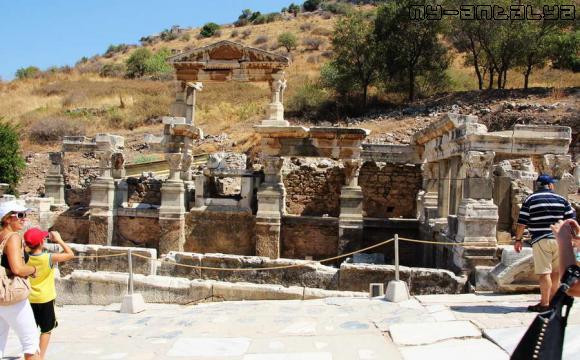 Эфес, источник Траяна.