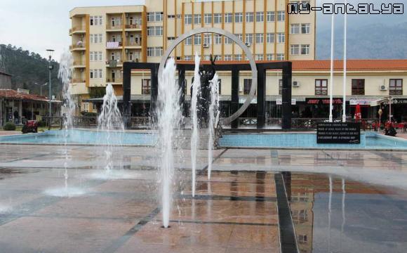 Каскад фонтанов в центре Кемера, Турция.