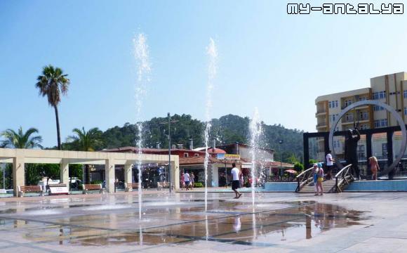 Танцующий фонтан на центральной площади Кемера.