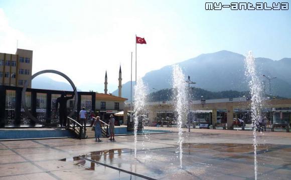 Фонтан находится на центральной площади Кемера между памятником Ататюрку и часовой башней.