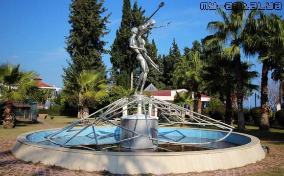 """Фонтан и скульптура """"Дождь любви"""" в Кемере, Турция."""