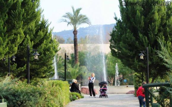 Вид на фонтан с подсветкой в парке Кугулу, Кемер, Турция.