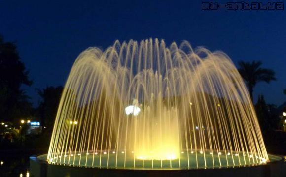Фонтан с подсветкой ночью, Ku?ulu Park, Кемер, Турция.