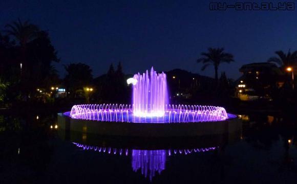 Фонтан с подсветкой в парке Кугулу, Кемер, Турция.