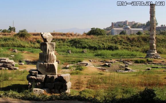 Вид на мечеть и крепость, Сельчук, Турция.