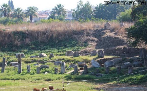 Фрагменты развалин храма Артемиды в Эфесе.