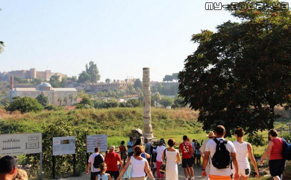 Туристы у храма Артемиды в Турции.