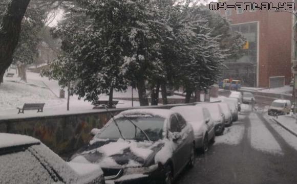 Автомобили припаркованы и тоже покрыты снежным покрывалом. Стамбул, Турция, январь 2012.