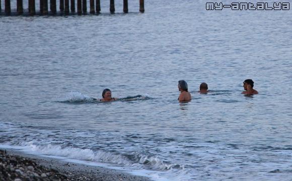 Купающиеся сказали, что вода тёплая. В море они находились очень долго.