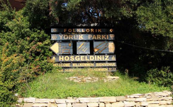 Чтобы не пройти мимо по набережной, установлен указатель на парк в сторону кассы.