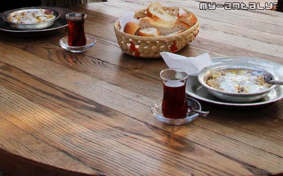 Вот эти манты - горячие, с йогуртом и белым хлебом. И турецкий чай, без него - никуда!