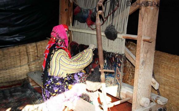 Женщина за изготовлением ковра.