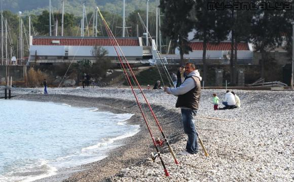 Рыбак забрасывает удочки.