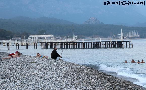 Январь, солнечный тёпллый день. Можно позагорать, искупаться в море и половить рыбу.