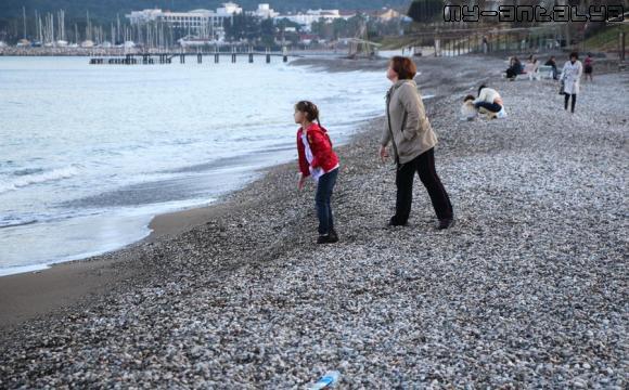Можно камешки в море побросать.