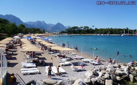 Единственный песчаный пляж в Кемере в сезон полностью занят отдыхающими.
