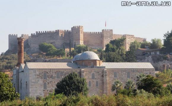 Мечеть Иса-бея и крепость Сельчук.