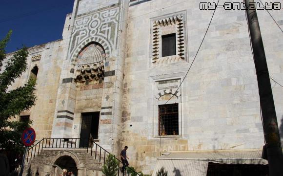 Вход в здание мечети. Один из редких моментов, когда нет туристов, в огромном количестве посещающих достопримечательность.