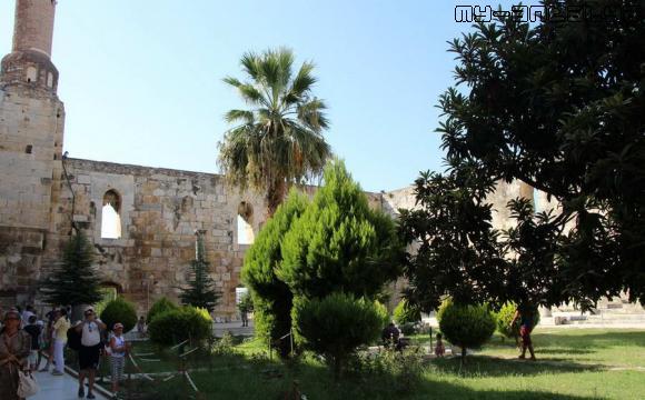 Мечеть Иса-бея - внутренний дворик.