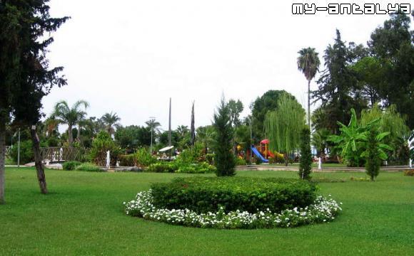 Находится парк рядом с кемерским портом.
