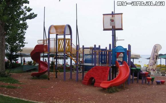 Детская площадка на побережье Средиземного моря.