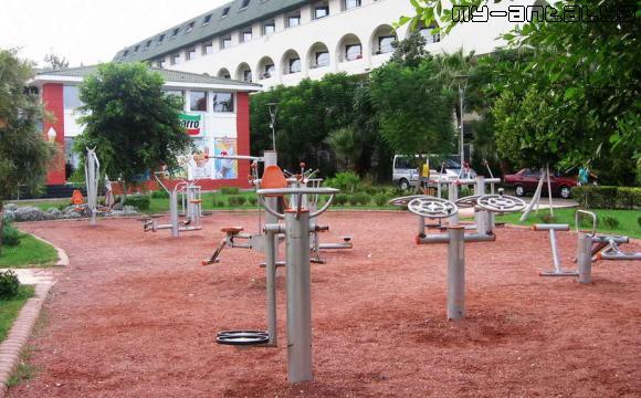 Площадка со спортивными тренажёрами в парке в Кемере, Турция.