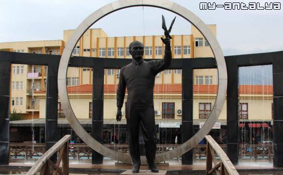 Памятник Ататюрку на Площади Республики в Кемере, Турция.