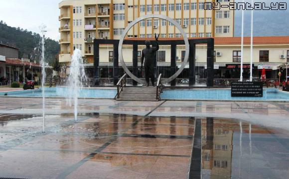 Танцующий фонтан в Кемере на городской площади.