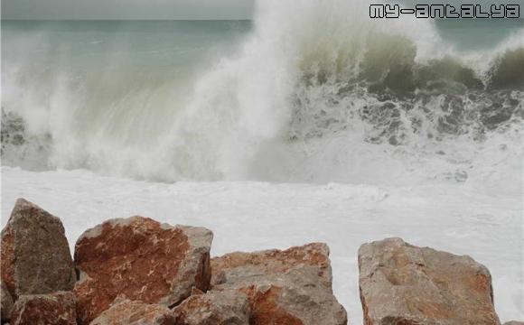 Пляж Коньяалты в Анталии полностью залит водой.