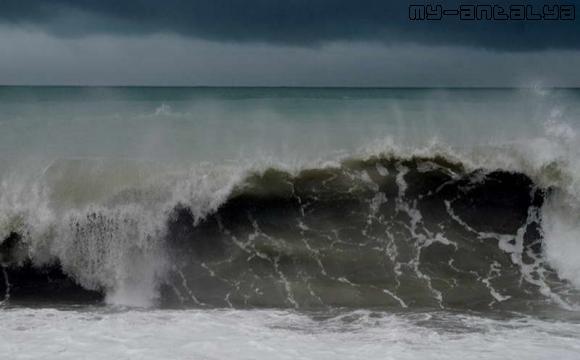 В районе набережной Коньяалты высота волн достигала 35 м.