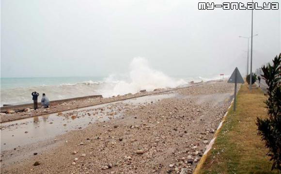 Дорога на набережной Коньяалты полностью завалена камнями, выброшенными морскими волнами.