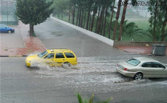 От непрекращающегося дождя - на дорогах Анталии огромные лужи.