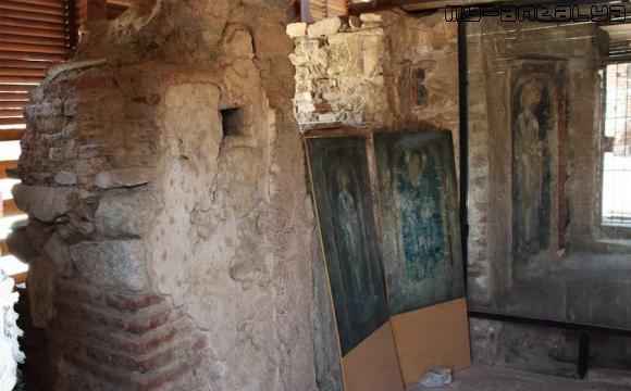 В часовне находятся фрески с изображением св. Иоанна, Иисуса и св. Тимофея.