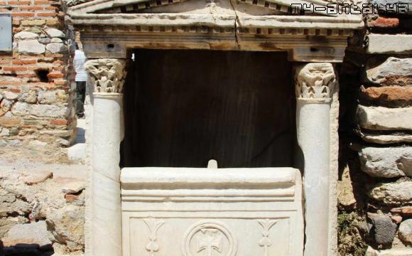 Источник в базилике св. Иоанна в Эфесе -фото.