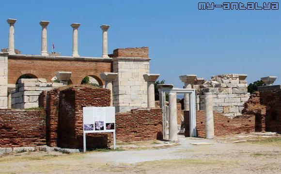 Вход в базилику св. Иоанна в Турции - фото.
