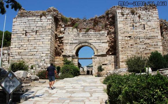 Базилика св. Иоанна в Турции, главный вход - фото.