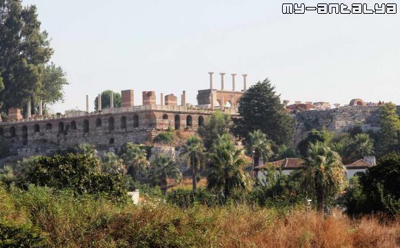 Так выглядит церковь от развалин храма Артемиды.