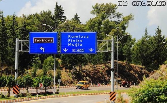 Этот дорожный указатель на Текирова стоит на трассе D400.