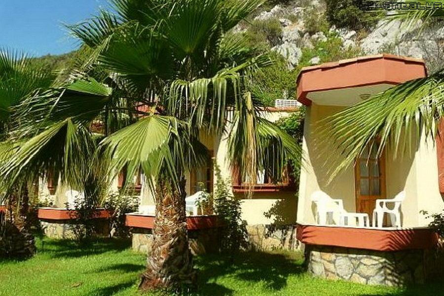 В Чиралы огромное количество пансионов и маленьких отелей, утопающих в зелени.