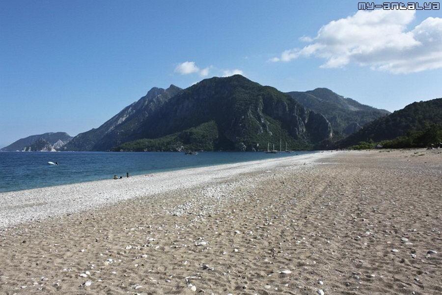 Вот такой протяжённый пляж в посёлке Чиралы.