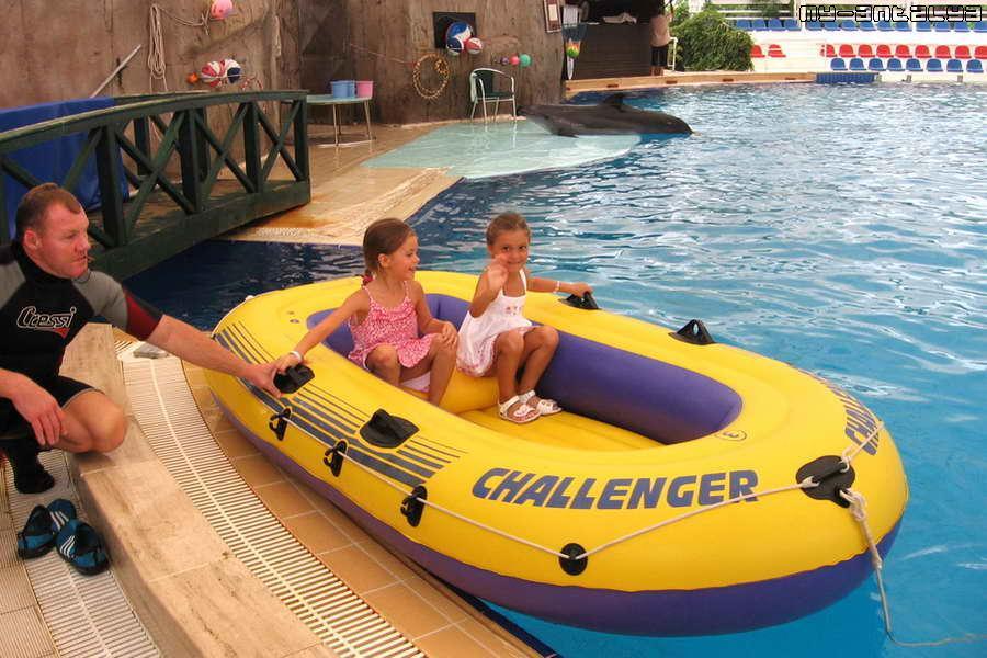 После шоу дельфины с радостью покатают вашего ребенка на надувной лодке.