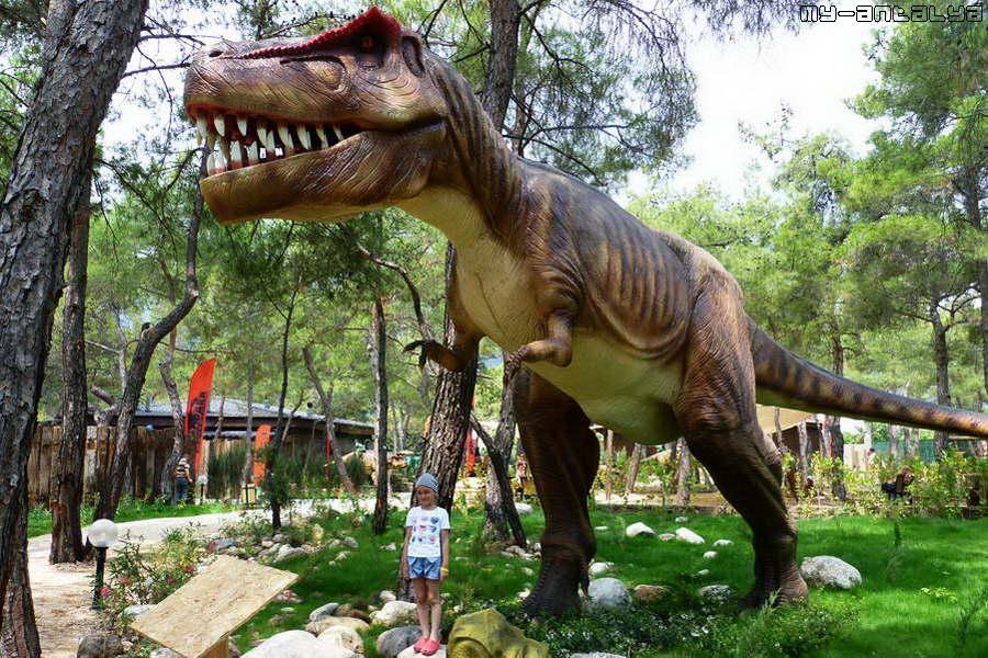 Обратите внимание на размер динозавра по отношению к росту ребенка.