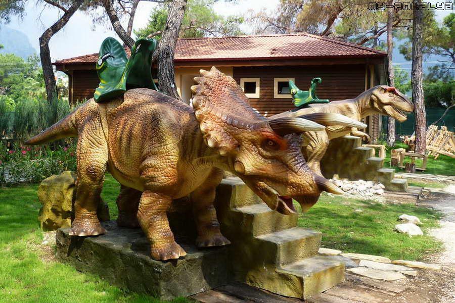 На таких динозаврах можно покататься за отдельную плату.